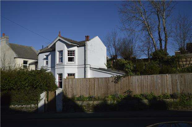 2 Bedrooms Semi Detached House for sale in Battle Road, ST LEONARDS, TN37 7AD