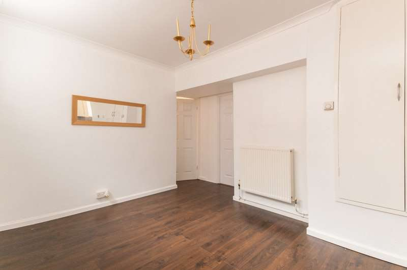 2 Bedrooms Flat for sale in Mascalls Way, Chelmsford, Essex, CM2