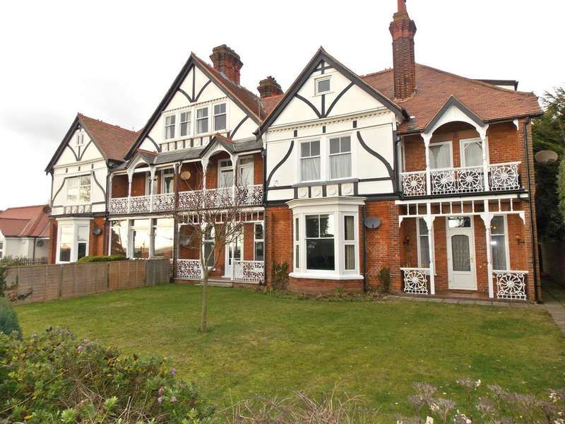 3 Bedrooms Flat for sale in Wellington Court, Hamilton Gardens, Felixstowe, IP11
