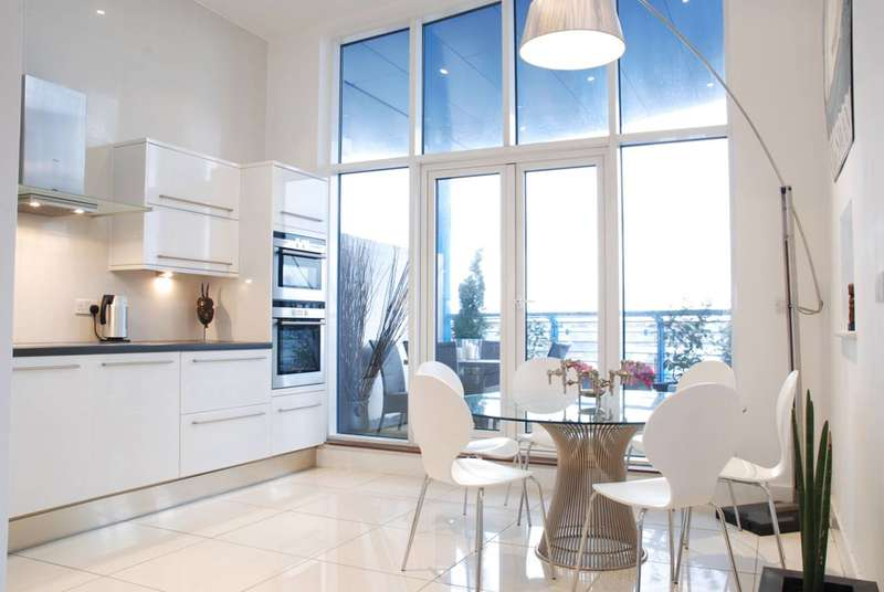 2 Bedrooms Penthouse Flat for sale in Balham High Road, Balham, SW17