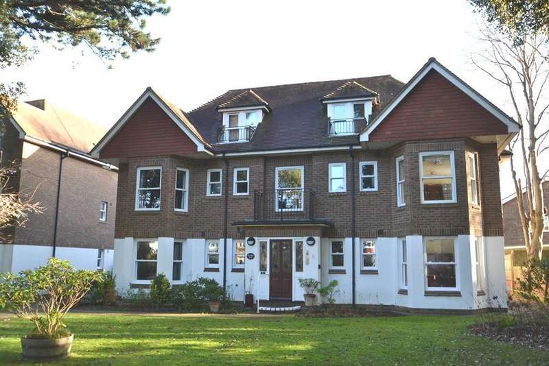 2 Bedrooms Flat for sale in Grand Avenue, Worthing, West Sussex, BN11 5BP