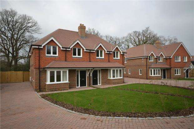 3 Bedrooms Semi Detached House for sale in Guildford Road, Bagshot, Surrey