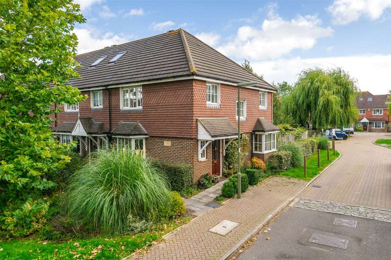 3 Bedrooms Semi Detached House for sale in Priestlands Close, Horley, Surrey, RH6