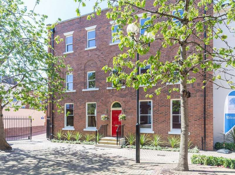 3 Bedrooms Flat for sale in Heritage Court, Lower Bridge Street, Chester, Cheshire
