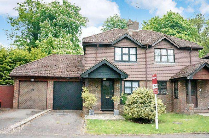 2 Bedrooms Semi Detached House for sale in East Horsley
