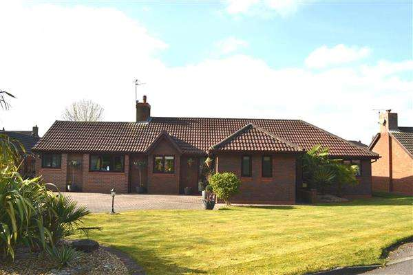 4 Bedrooms Detached Bungalow for sale in Meadow Close, Pennington, Leigh