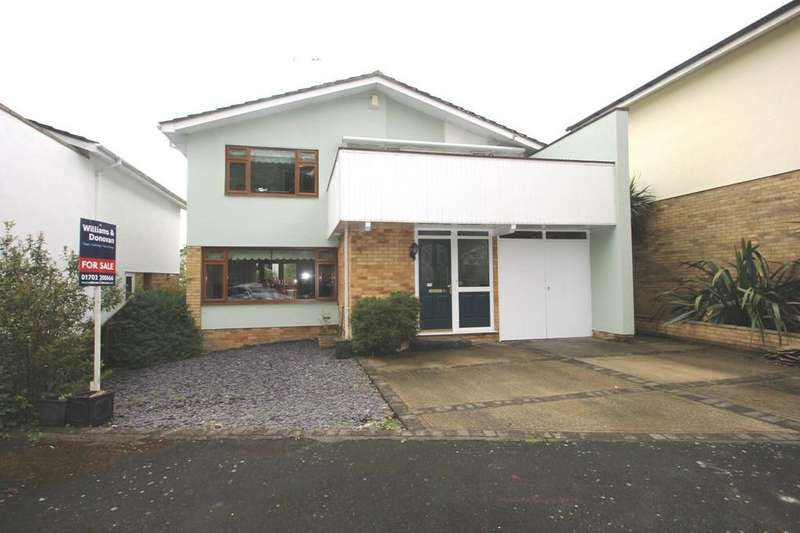 4 Bedrooms Detached House for sale in Woodpond Avenue, Hockley