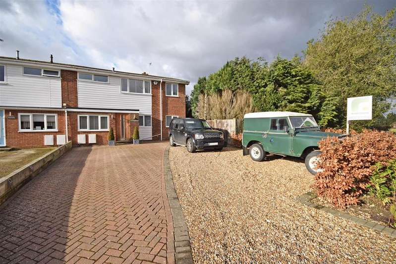 4 Bedrooms Semi Detached House for sale in Pond Approach, Holmer Green