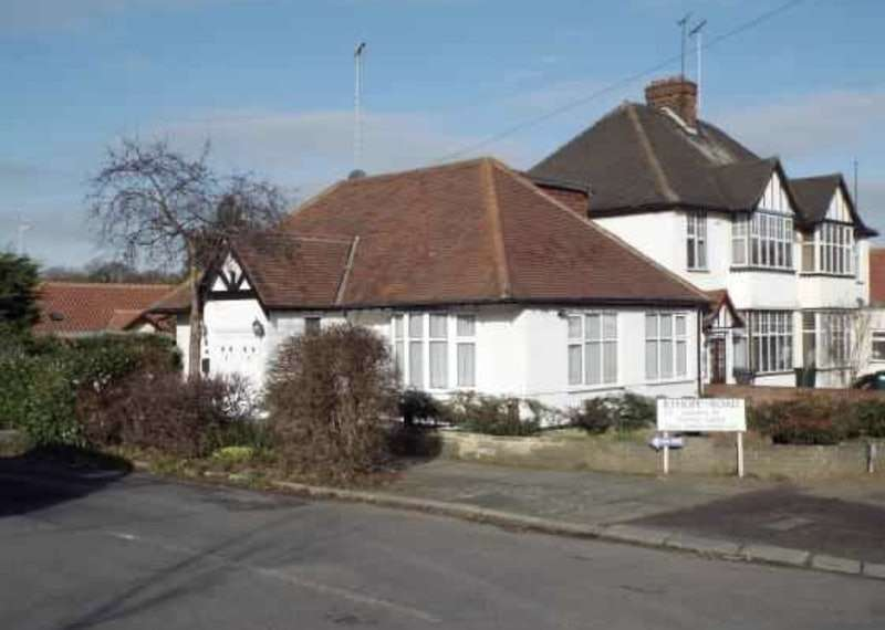 4 Bedrooms Bungalow for sale in Ryhope Road, London, London, N11