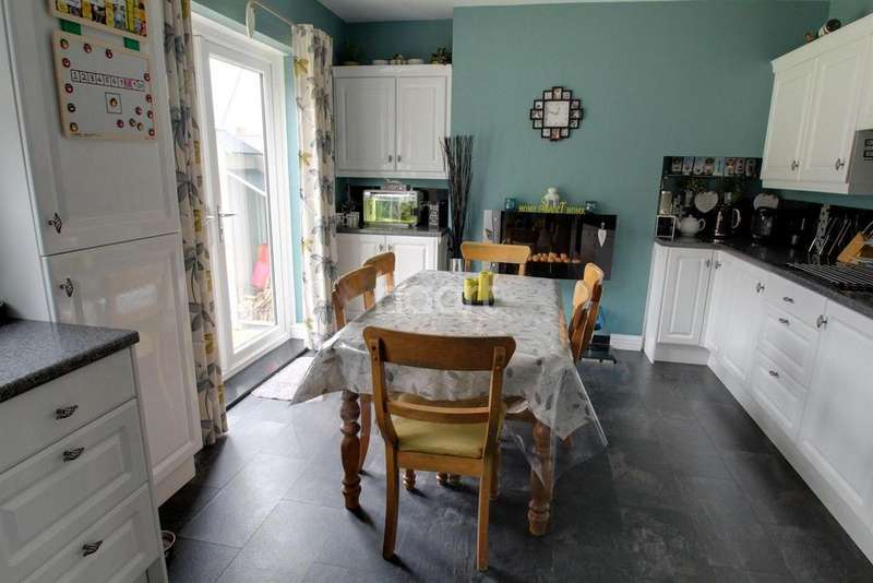 3 Bedrooms Semi Detached House for sale in Colchester Road, Leicester LE5