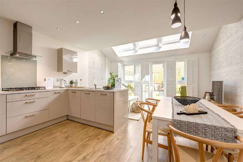 4 Bedrooms Detached House for sale in Lymington Hinkshay Road