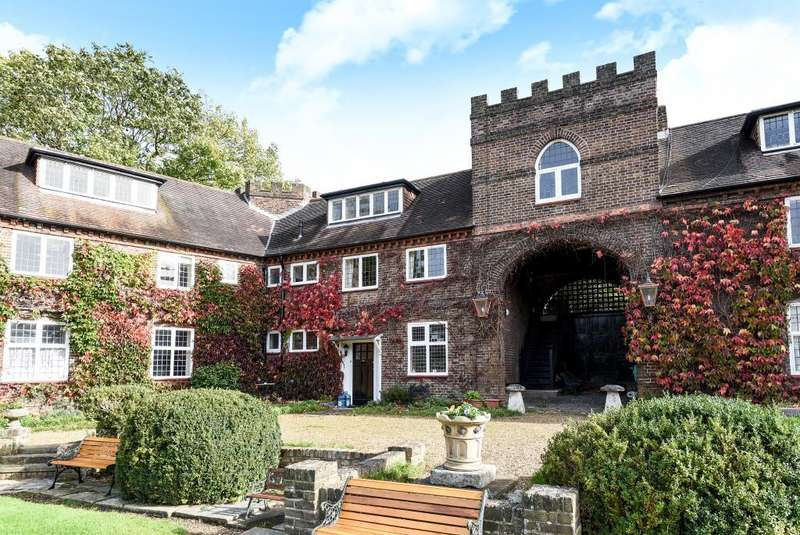 2 Bedrooms Flat for sale in Castle Way, Feltham, Hanworth Park, TW13