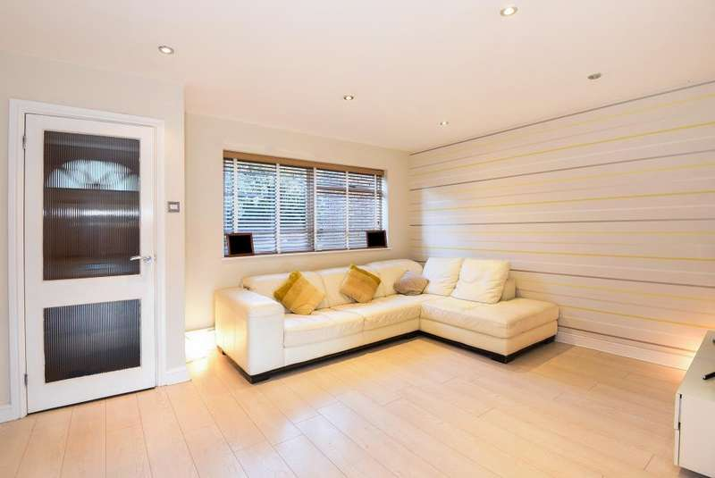 3 Bedrooms House for sale in Shepperton, Middlesex, TW17