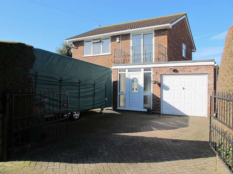 3 Bedrooms Detached House for sale in Russell Road, LEE ON THE SOLENT
