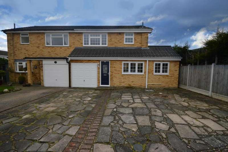 3 Bedrooms Semi Detached House for sale in Christopher Close, Hornchurch, RM12