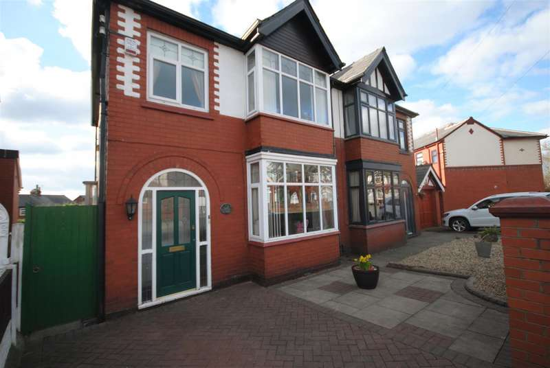 3 Bedrooms Semi Detached House for sale in Walkden Avenue East, Swinley