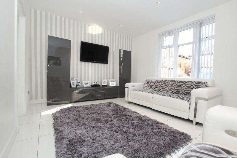 3 Bedrooms Terraced House for sale in Valley Road, Middleton, Manchester M24 2ND