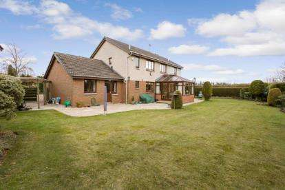 5 Bedrooms Detached House for sale in Elm Court, Doune
