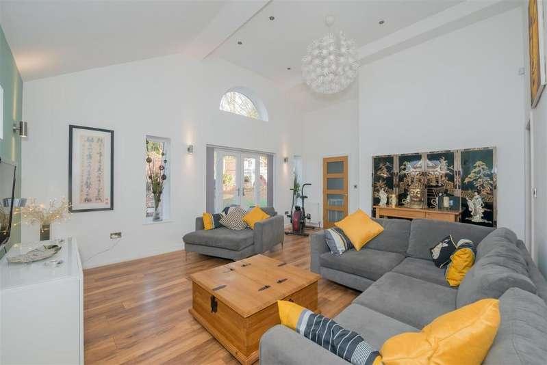 3 Bedrooms Detached Bungalow for sale in Leeds Road, Liversedge
