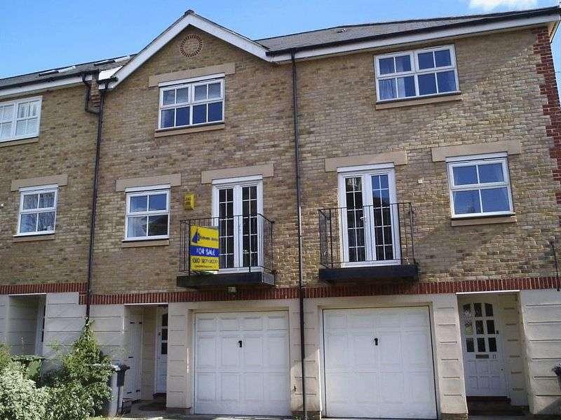 4 Bedrooms Property for rent in Highgrove Close, Friern Barnet, London, N11 3PT