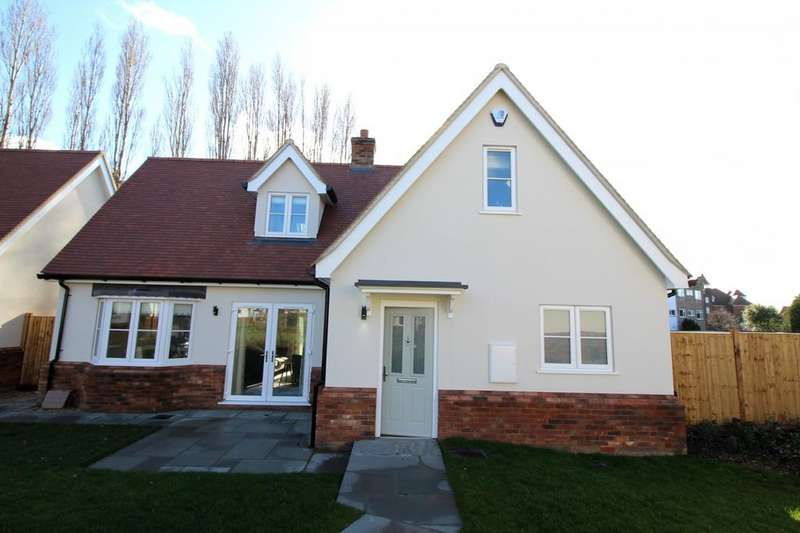 4 Bedrooms Chalet House for sale in Fourth Avenue, Frinton-On-Sea, Essex, CO13