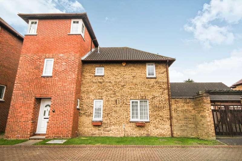 4 Bedrooms Detached House for sale in Dovedale Close, Langdon Hills