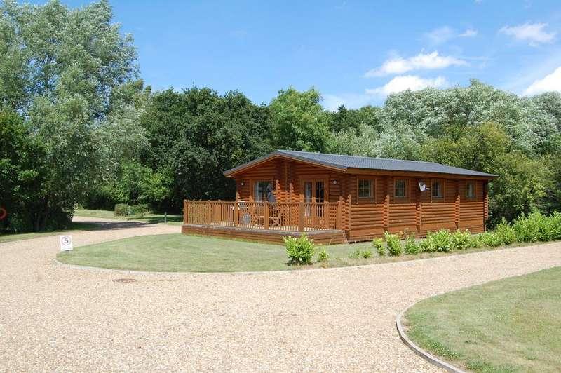 2 Bedrooms Detached Bungalow for sale in Mallard, Langmere Lakes, Frettenham