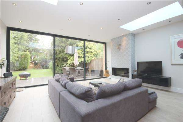 4 Bedrooms Semi Detached House for rent in Hampton Court Way, Thames Ditton