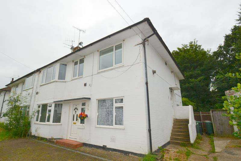 2 Bedrooms Maisonette Flat for sale in Meadowcroft Close, Horley