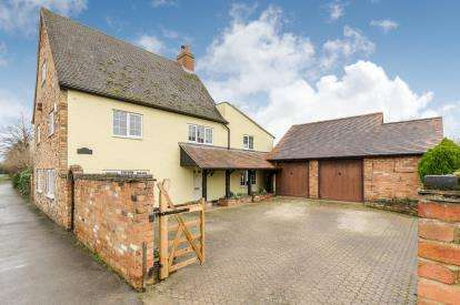 5 Bedrooms Detached House for sale in Great North Road, Wyboston, Bedford, Bedfordshire