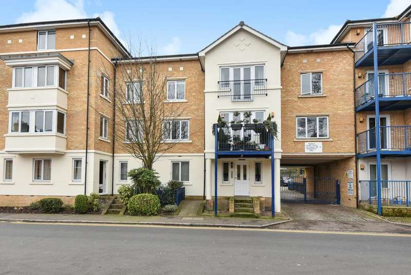 3 Bedrooms Apartment Flat for rent in Peddle Court, High Wycombe, HP11