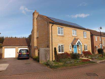 4 Bedrooms Detached House for sale in Goldfinch Drive, Sandy, Bedforshire