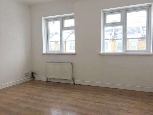 2 Bedrooms Flat for rent in York Road, Edmonton, N18