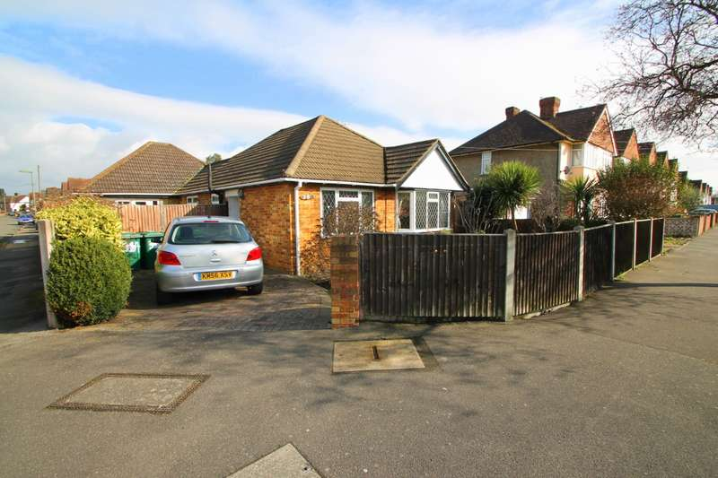 3 Bedrooms Detached Bungalow for sale in Ashford Avenue, Ashford, TW15