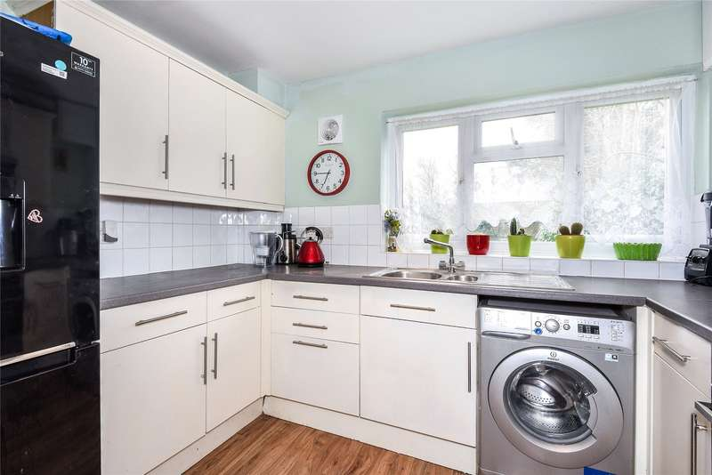 2 Bedrooms Maisonette Flat for rent in Waterloo Road, Crowthorne, Berkshire, RG45
