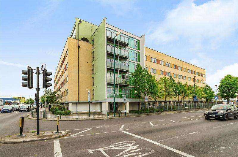 2 Bedrooms Flat for sale in Main Avenue, Enfield