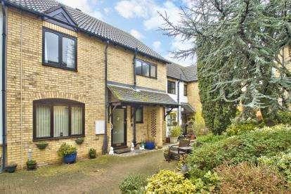 2 Bedrooms Maisonette Flat for sale in Roscrea Court, Huntingdon, Cambridgeshire