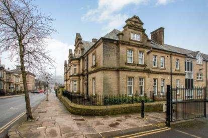 2 Bedrooms Flat for sale in Clare Court, Prescott Street, Halifax, West Yorkshire