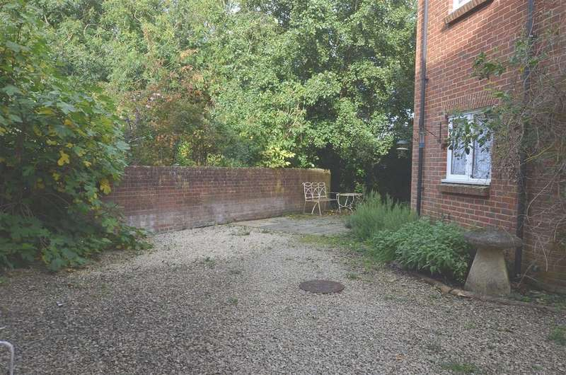 2 Bedrooms Flat for rent in River Street, Pewsey