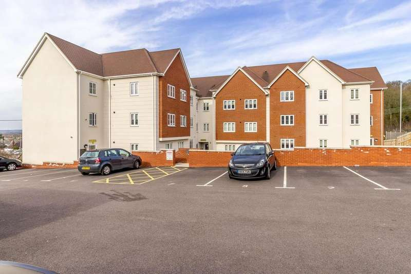 2 Bedrooms Ground Flat for sale in London Road, Benfleet