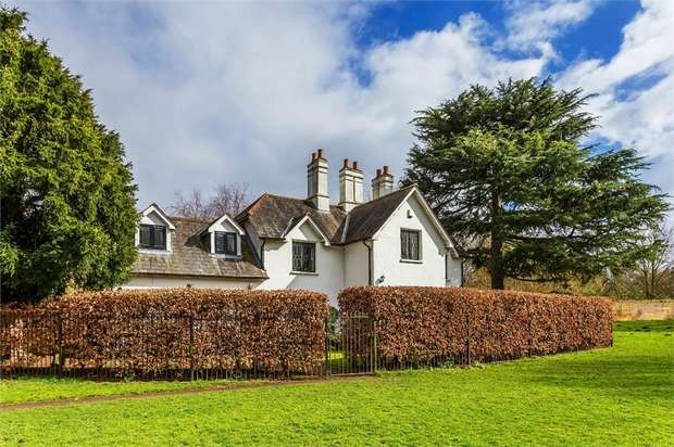 3 Bedrooms Cottage House for sale in Laleham Park, Shepperton Road, STAINES-UPON-THAMES, Surrey