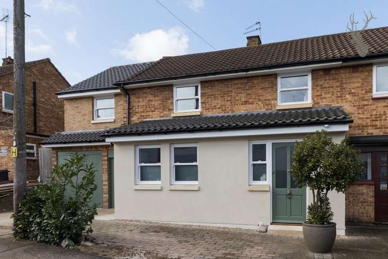 4 Bedrooms Semi Detached House for sale in Pakes Way, Theydon Bois, CM16