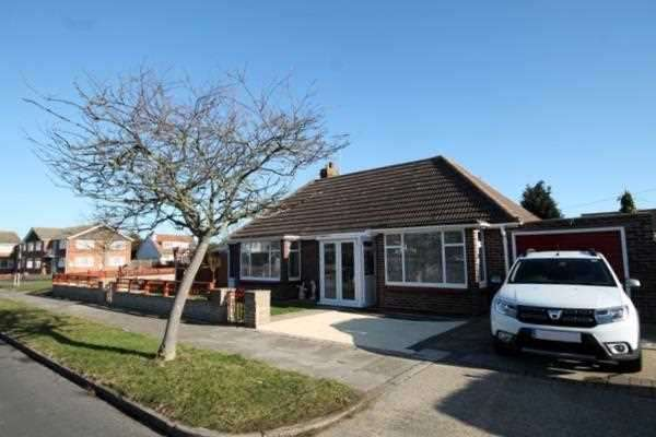 2 Bedrooms Bungalow for sale in Frinton Road, Holland on Sea