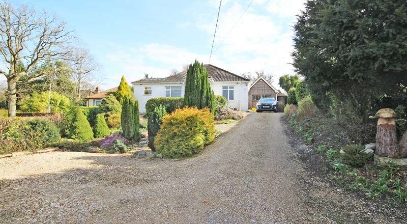 3 Bedrooms Detached Bungalow for sale in Manor Road, New Milton
