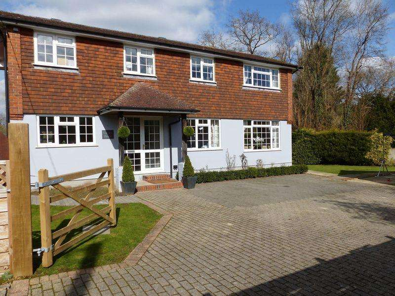 4 Bedrooms Detached House for sale in Two Ways, Loxwood