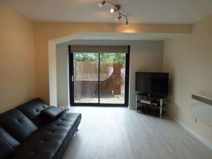 2 Bedrooms Flat for sale in Hardingstone Court, Eleanor Way, Waltham Cross, Hertfordshire