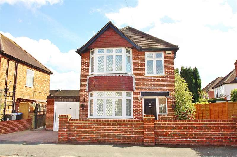 3 Bedrooms Detached House for sale in Highclere Road, Knaphill, Woking, Surrey, GU21