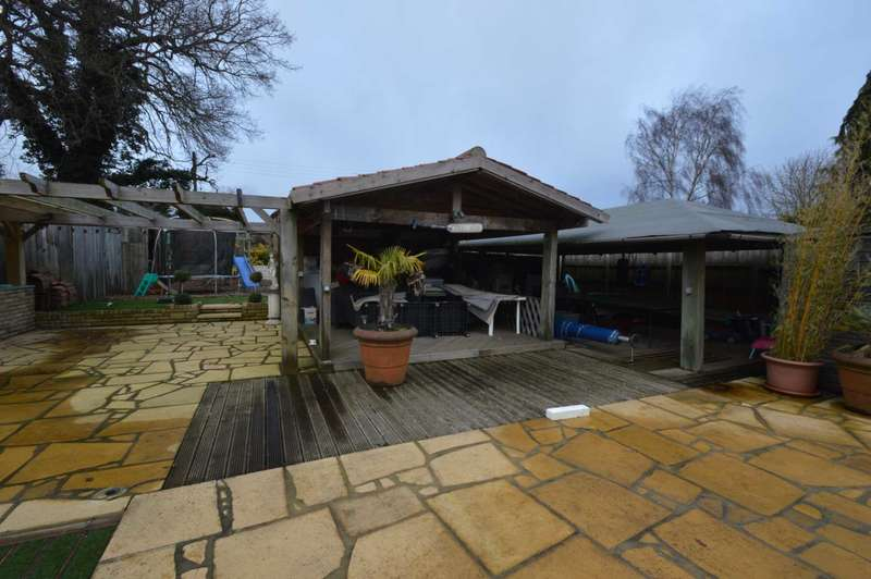 3 Bedrooms Bungalow for sale in The Drive, Norwich