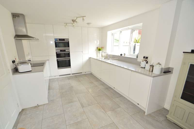 5 Bedrooms Detached House for sale in Reeds Way, Loddon
