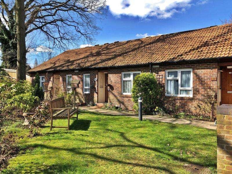 2 Bedrooms Bungalow for sale in Halleys Court, Woking